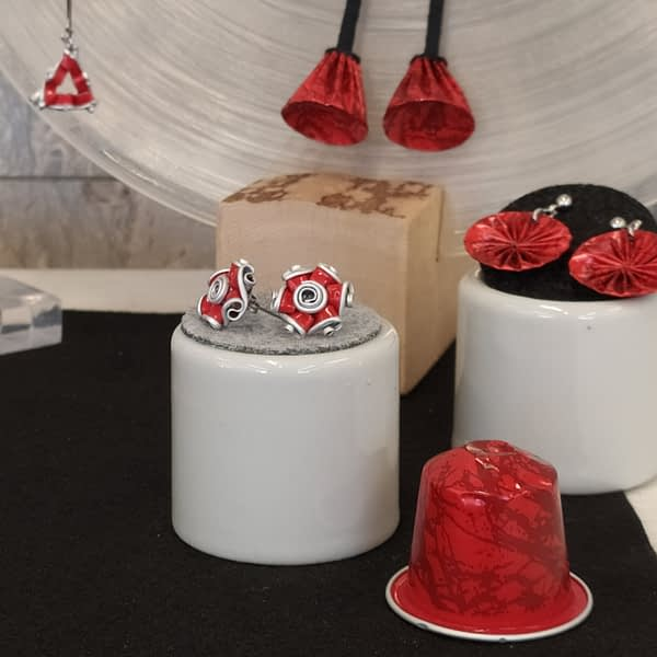 zero waste červené náušnice upcyklované pecky