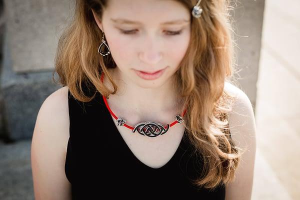 dívka s upcyklovaným náhrdelníkem a náušnicemi - černé barvy