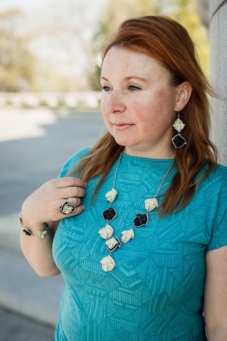 žena se sadou upcyklovaných šperků černo-béžových