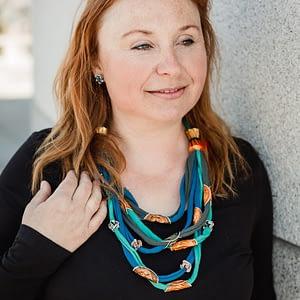 žena s upcyklovaným náhrdelníkem z trička a kapslí